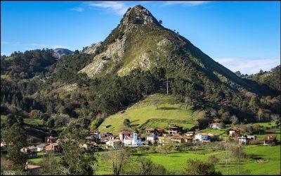 """Rales… """"unas casas Xuntinas a la oriella del ríu San Antolín"""""""