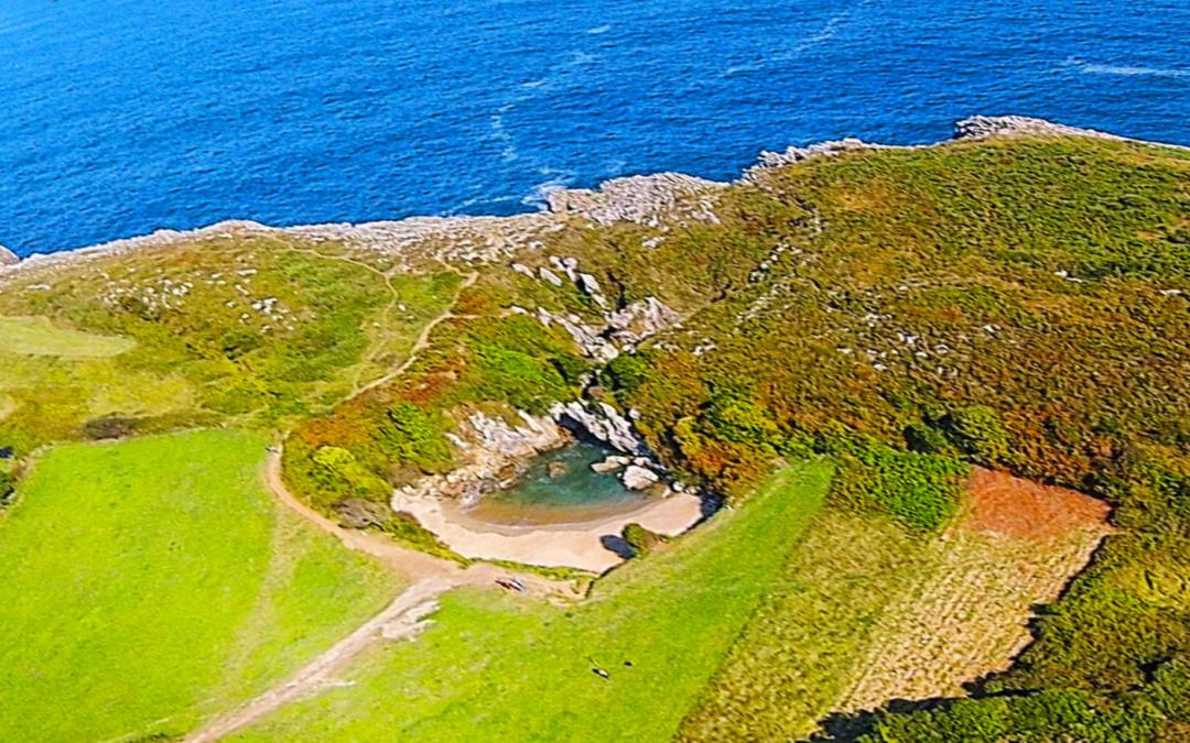 LLANES   La playa más pequeña del mundo está... en Asturias... DESCUBRE!!