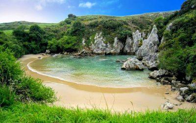 La pequeña y escondida playa de Gulpiyuri