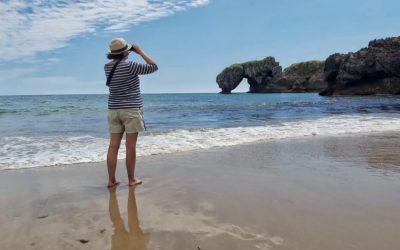 Una playa que sorprende por su entorno… «La Huelga» en Villahormes