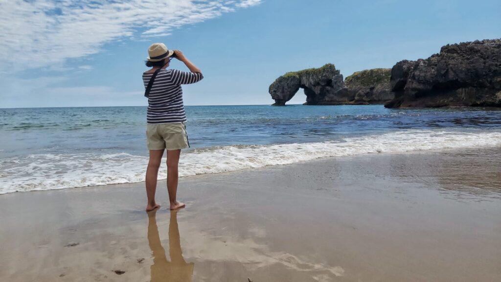 """LLANES   Una playa que sorprende por su entorno... """"La Huelga"""" en Villahormes... DESCUBRE!!"""